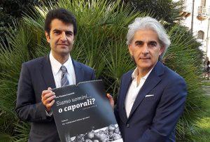 Francesco Tanasi regala calendario a Giuseppe Beretta